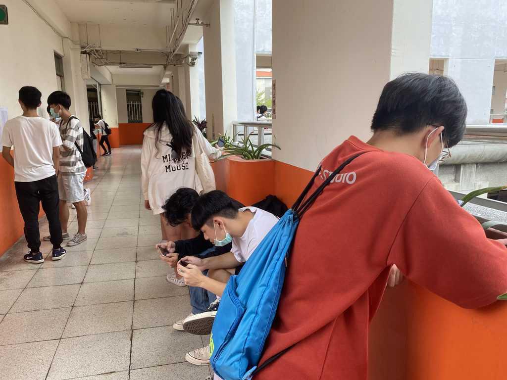 考生在考場外等候